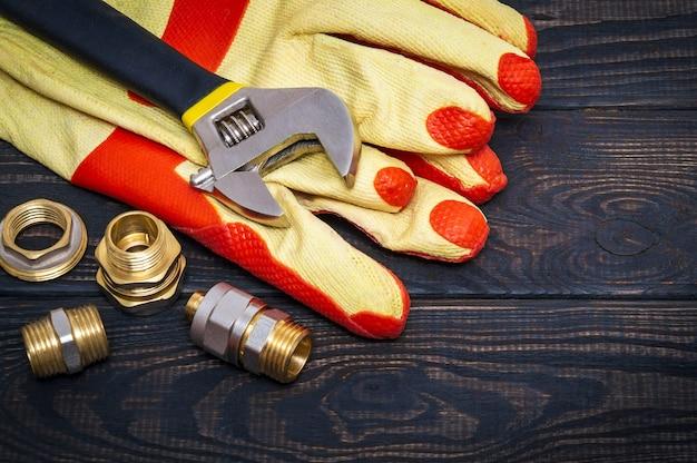 Raccords en laiton et gants de travail jaunes