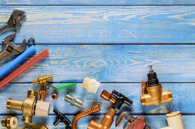 Raccords pex utilisés pour créer un raccordement de tuyau pour le système d'eau, des outils de coupe de tuyau, des coins, des supports, des robinets, des adaptateurs sur l'équipement de plomberie en construction