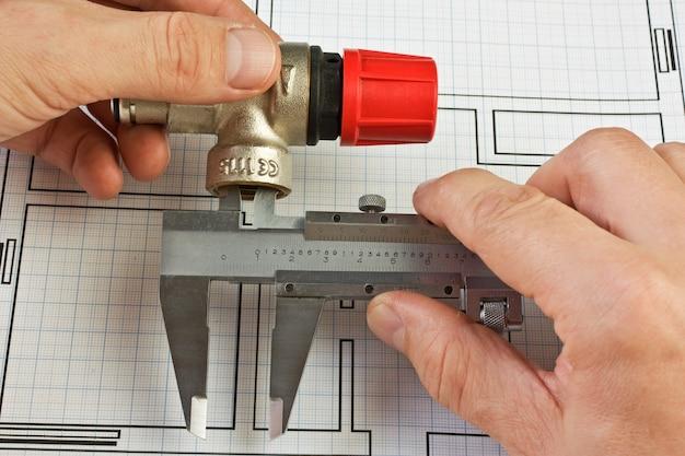 Raccords de plomberie en main sur le dessin