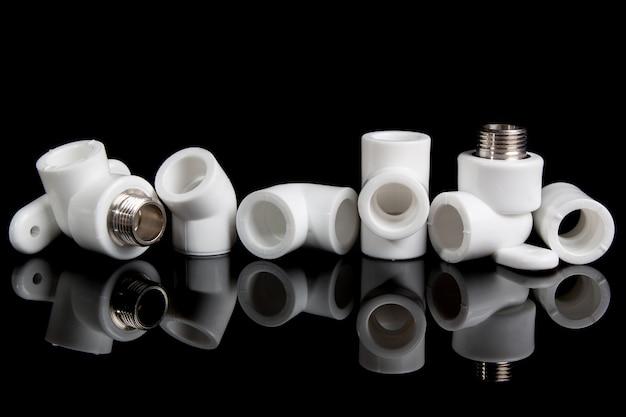 Raccords de plomberie pour tuyaux en pvc en plastique sur fond noir