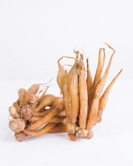 Racine de doigt isolée, utile pour les herbes thaïlandaises, les épices et les ingrédients alimentaires