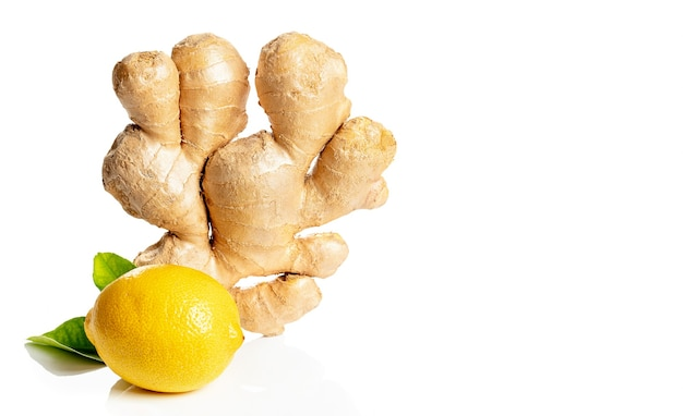 Racine de gingembre au citron jaune et feuilles vertes