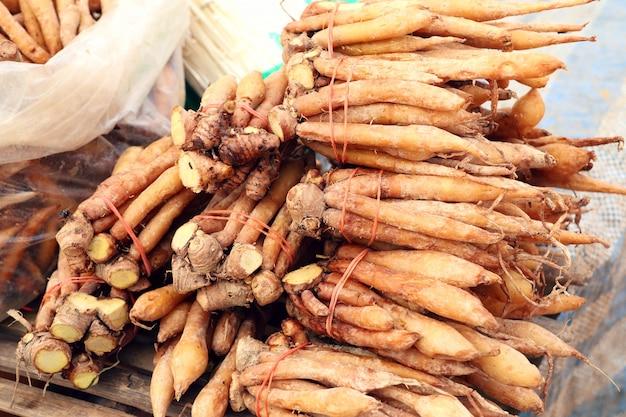 Racine de gingembre au marché
