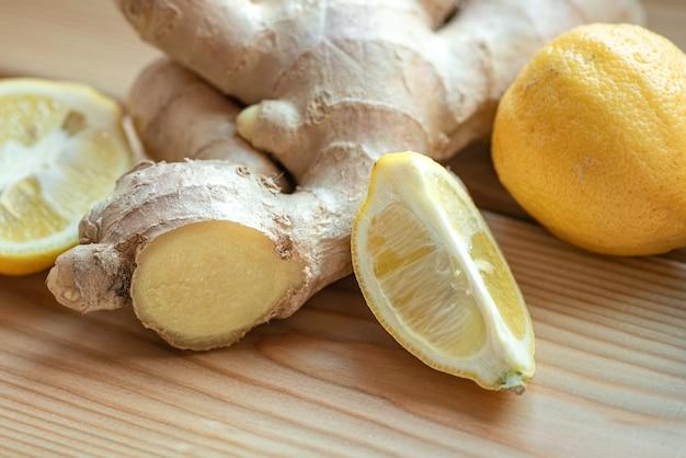 Racine de gingembre et citron. remèdes contre le rhume naturels et savoureux