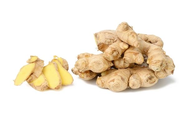 Racine de gingembre frais isolé sur fond blanc, morceaux tranchés près