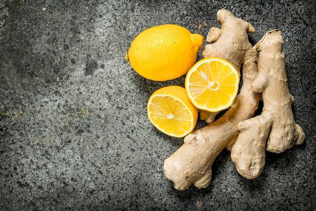 Racine de gingembre frais près de tranches de citron