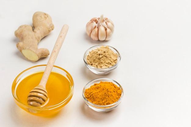 Racine de gingembre, gingembre sec et poudre de curcuma, ail et citron. nourriture pour renforcer l'immunité. vue de dessus. copier l'espace