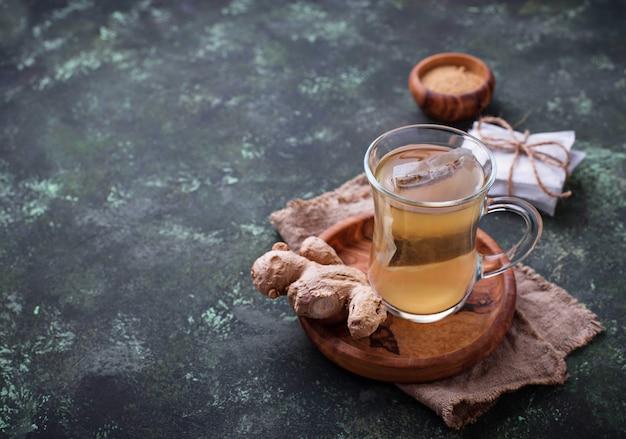 Racine de gingembre et des sachets de thé.