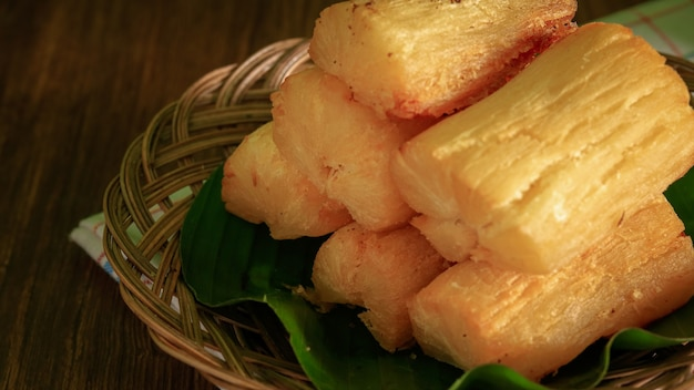 Racine de manioc frite. mandioca frita brésilienne (manioc/manioc/yuca frit). accompagnement feijoada