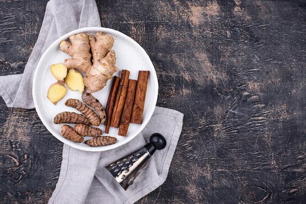 Racines de curcuma, cannelle et gingembre