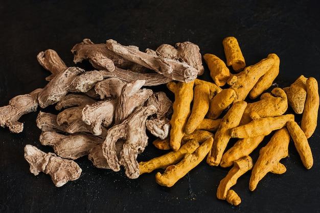 Les racines de curcuma et de gingembre fraîches sont une épice qui soutient votre corps, votre système immunitaire et un antioxydant