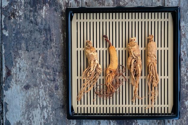 Racines de ginseng sèches sur le panier