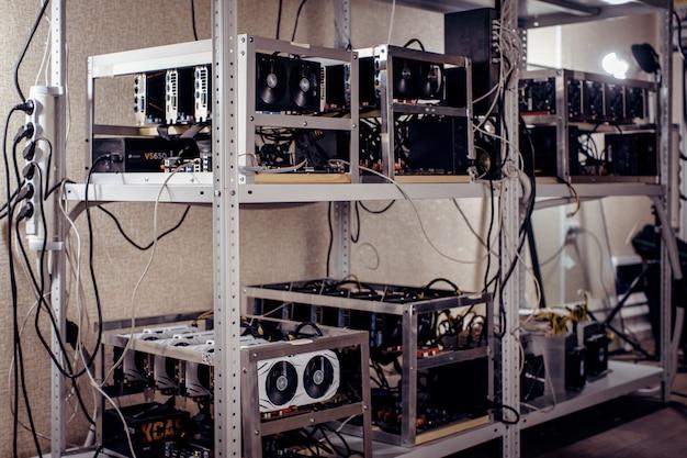 Rack avec des périphériques informatiques sur la ferme