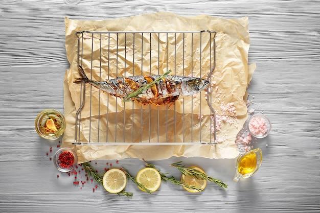 Rack avec poisson maquereau préparé sur table en bois