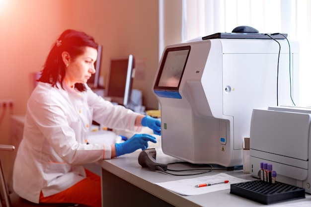 Rack de tests de tubes de sang pour analyse en laboratoire d'hématologie. diagnostic de pneumonie. identification du covid-19 et du coronavirus. pandémie. assistance dans les écorchures avec des analyses de sang.