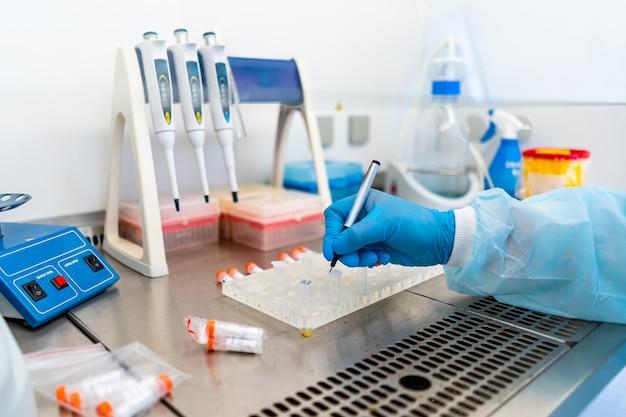 Rack de tubes à essai pour analyse en laboratoire d'hématologie. diagnostic de pneumonie. identification du covid-19 et du coronavirus. pandémie. assistance dans les égratignures avec compte-gouttes de médecine.