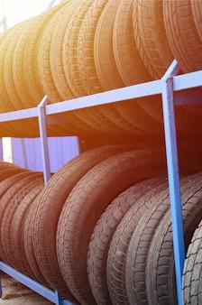 Rack avec une variété de pneus de voiture dans un magasin automobile