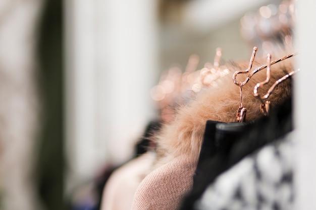 Rack avec des vêtements en boutique