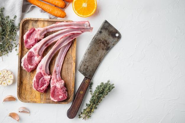 Racks d'agneau prêts pour la cuisson avec des ingrédients