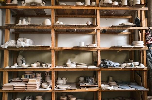 Racks dans un atelier de poterie dans lequel il y a des potiers