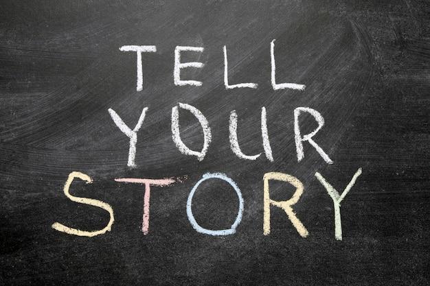 Racontez votre phrase d'histoire manuscrite sur le tableau noir de l'école
