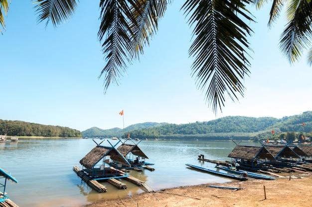Radeau de bambou flottant sur le lac en été