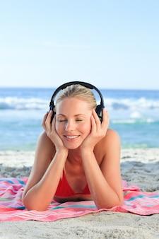 Radiant femme écoutant de la musique