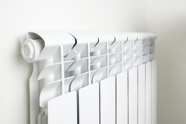 Radiateur de chauffage central. chauffage radiateur, radiateur blanc dans un appartement.