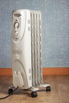 Un radiateur à huile électrique close up sur plancher en bois