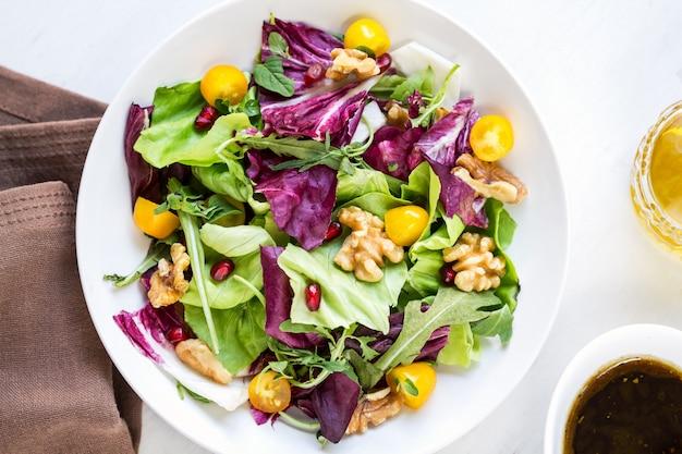 Radicchio avec salade de noix et de grenade