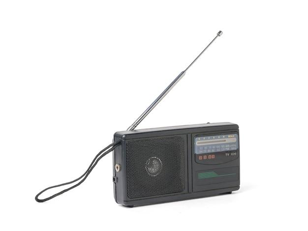 Radio rétro portable isolée sur fond blanc.