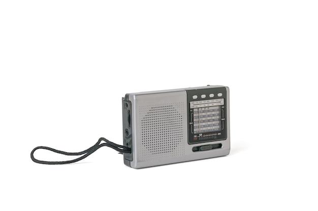 Radio rétro vintage élégante isolée sur fond blanc.