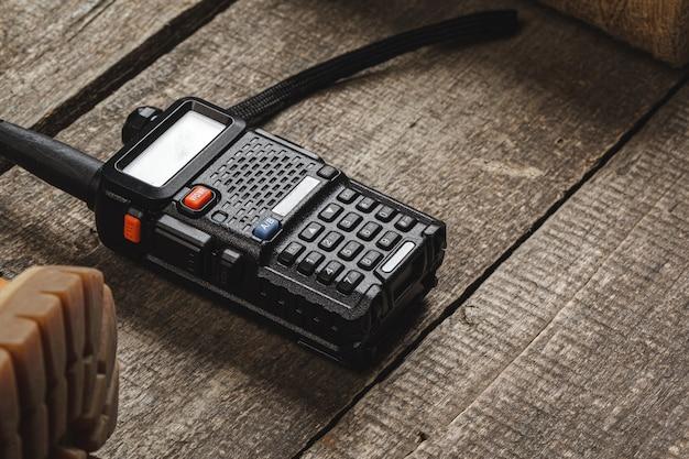 Radio talkie-walkie sur table en bois se bouchent