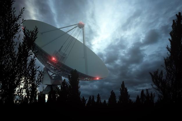 Radio-télescope, une grande antenne parabolique contre le ciel nocturne suit les étoiles. concept technologique, recherche de vie extraterrestre, écoute de l'espace. milieu mixte, espace copie.