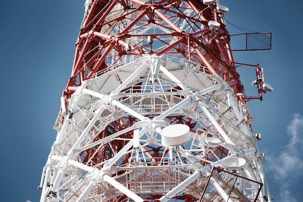 La radio de la tour d'antenne signale la communication mondiale