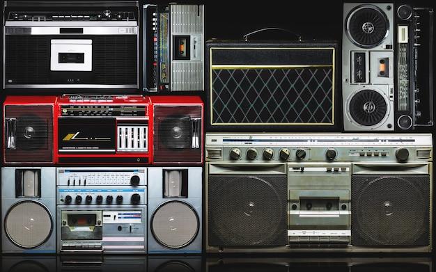 Radio vintage boombox sur fond sombre