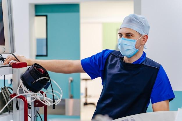 Radiologue en salle d'opération