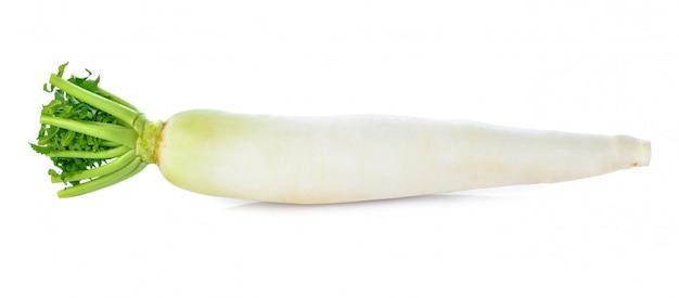 Radis blanc frais isolé sur blanc