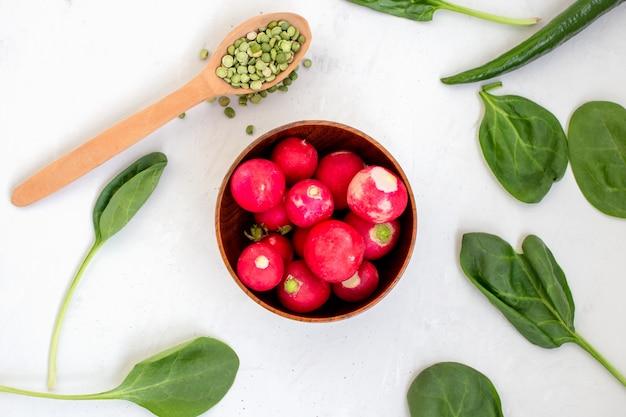 Radis croustillants, épinards verts et petits pois