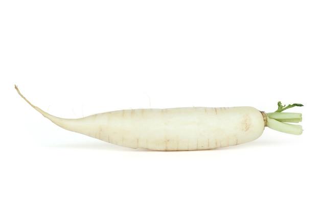 Radis daikon isolés sur fond blanc.
