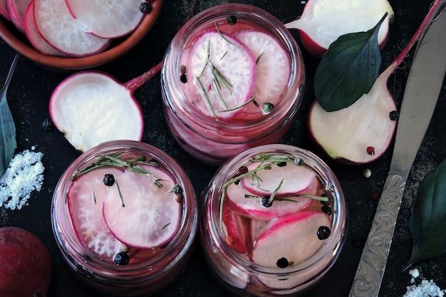 Radis fermenté en bocaux probiotiques et fermentation alimentaire