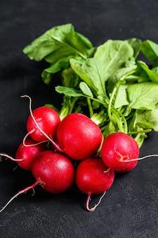 Radis frais du jardin. légumes biologiques fermiers. fond noir. vue de dessus