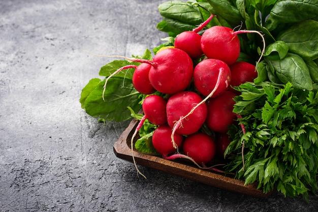 Radis frais, épinards et persil