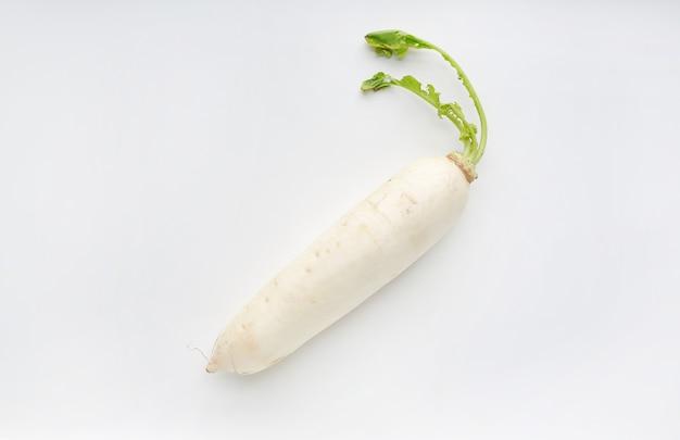 Radis frais isolé sur fond blanc