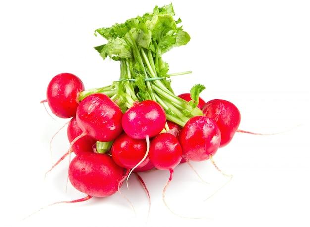 Radis rouge frais isolé sur fond blanc