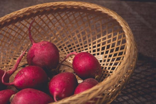 Radis rouges frais sur une table en bois