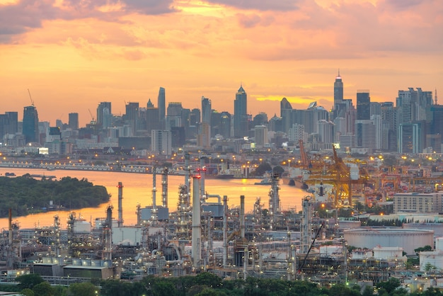 Raffinerie de pétrole au crépuscule