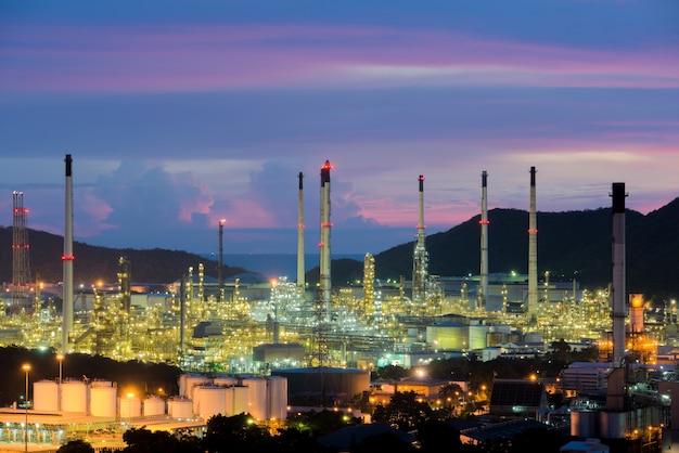 Raffinerie de pétrole dans la nuit à chonburi, en thaïlande.