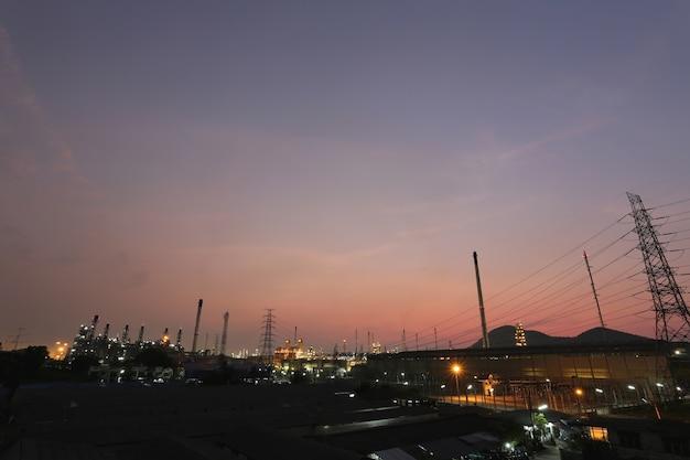 Raffinerie de pétrole dans la soirée.