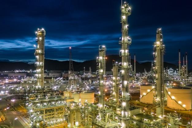 Raffinerie de pétrole et industrie pétrochimique du gaz avec réservoirs de stockage zone de pipeline en acier au crépuscule vue aérienne